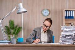 Affärskvinnan som arbetar i kontoret arkivfoto