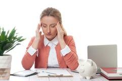 Affärskvinnan som arbetar på kontorsskrivbordet, har en huvudvärk royaltyfri fotografi