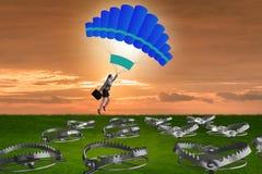 Affärskvinnan som faller in i fälla hoppa fallskärm på Arkivbild