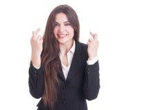 Affärskvinnan som gör gest för bra lycka, genom att korsa, fingrar Royaltyfria Bilder