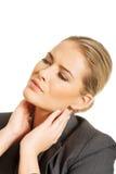 Affärskvinnan som har halsen, smärtar Arkivbild