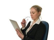 affärskvinnan som kontrollerar datoren, rapporterar tableten Arkivbilder