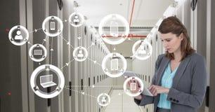 Affärskvinnan som rymmer en minnestavla, och diagram i server hyr rum Royaltyfri Bild