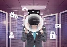 Affärskvinnan som rymmer en minnestavla, och diagram i server hyr rum Arkivbild