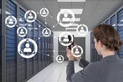 Affärskvinnan som rymmer en telefon, och diagram i server hyr rum Arkivbilder