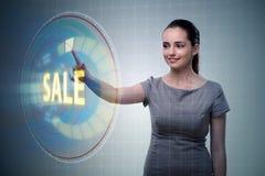 Affärskvinnan som trycker på knappar i försäljningsbegrepp Royaltyfri Foto