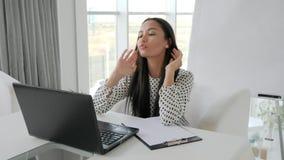 Affärskvinnan stänger bärbara datorn i regeringsställning, finanskriets, anställd i fördjupning, kontorsarbetare med datoren på t stock video