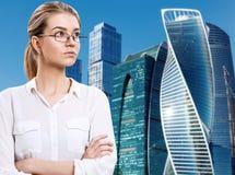 Affärskvinnan står över cityscapebakgrund royaltyfri bild