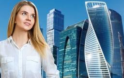 Affärskvinnan står över cityscapebakgrund arkivfoto