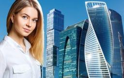 Affärskvinnan står över cityscapebakgrund royaltyfri fotografi