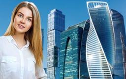 Affärskvinnan står över cityscapebakgrund arkivbilder