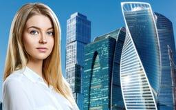 Affärskvinnan står över cityscapebakgrund arkivfoton