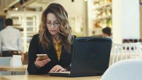 Affärskvinnan svarar en påringning stock video