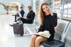 Affärskvinnan talar på mobiltelefonen royaltyfri foto