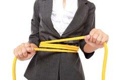 Affärskvinnan trasslade repet på hennes kropp till Arkivbild