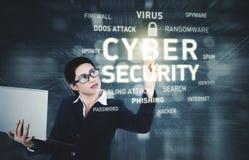 Affärskvinnan trycker på cybersäkerhetstext Royaltyfria Foton