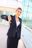 Affärskvinnan visar tummen ner Arkivbilder