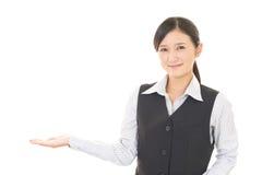 Affärskvinnan visar vägen royaltyfria bilder