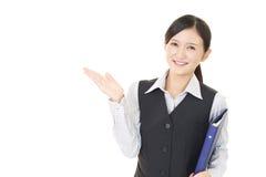Affärskvinnan visar vägen arkivfoton