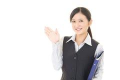 Affärskvinnan visar vägen arkivfoto