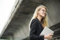 Affärskvinnan Vision Strategy vägen eftersänder begrepp Arkivbilder