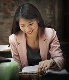 AffärskvinnaReading Research Planning begrepp royaltyfri bild
