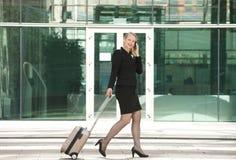 Affärskvinnaresande och kalla med mobiltelefonen Royaltyfri Fotografi
