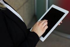 Affärskvinnas hand med minnestavladatoren Arkivfoto