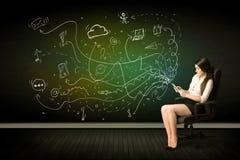 Affärskvinnasammanträde i hållande minnestavla för stol med massmediasymboler arkivfoton