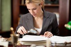 Affärskvinnasammanträde i kontoret och och läsa dokument wi Royaltyfria Foton