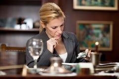 Affärskvinnasammanträde i kontoret och och läsa dokument wi Royaltyfria Bilder