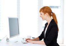 Affärskvinnasammanträde på datoren Royaltyfria Bilder