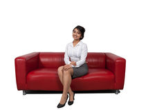 Affärskvinnasammanträde på en soffa Arkivbild