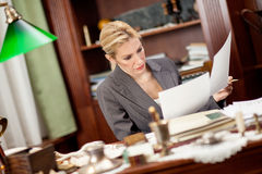 Affärskvinnasammanträde på en tabell i kontoret och arbetet Fotografering för Bildbyråer