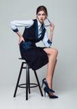 Affärskvinnasammanträde på hållande exponeringsglas för kontorsstol fotografering för bildbyråer