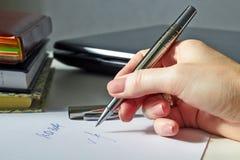 Affärskvinnasammanträde på kontorsskrivbordet som undertecknar ett avtal Arkivbilder