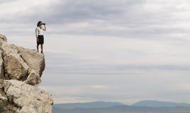 Affärskvinnasearchs för ny horisont, nya affärstillfällen royaltyfria foton