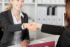 AffärskvinnaShaking Hands With kandidat royaltyfri fotografi
