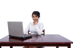 affärskvinnaskrivbord henne Arkivfoto
