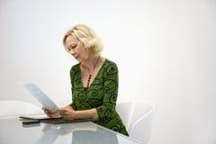 affärskvinnaskrivbordsarbeteavläsning Royaltyfri Fotografi