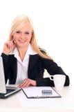 affärskvinnaskrivbordsitting Royaltyfri Foto