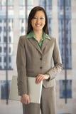 affärskvinnastående arkivfoto