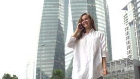 Affärskvinnasvarstelefonen, mottar goda nyheter, upphetsat lyckligt gladlynt arkivbilder