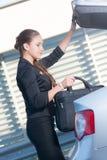 Affärskvinnatagande hänger löst ut från bilen Arkivbilder