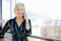 affärskvinnatelefon Royaltyfri Foto