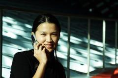 affärskvinnatelefon Royaltyfria Bilder
