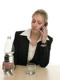 affärskvinnatelefonen häller klart att water Royaltyfri Foto