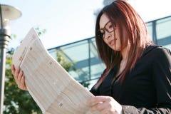 affärskvinnatidningsavläsning Royaltyfria Bilder