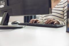 AffärskvinnaUsing Computer In kontor Frilansen arbetsplats lurar arkivfoton