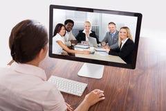 AffärskvinnaWatching An Online presentation royaltyfria foton
